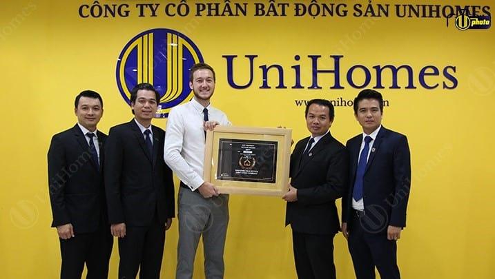 dai-dien-unihomes-nhan-giai-thuong